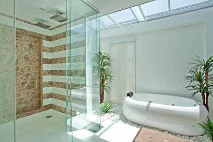 Casa Swiss Park Campinas II: Banheiros modernos por Designer de Interiores e Paisagista Iara Kílaris