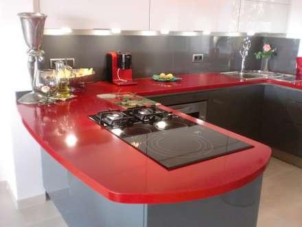 Cocina en rojo.: Cocinas de estilo mediterráneo de marmoles la pedrera