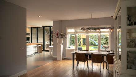 Aanbouw en renovatie van 2-onder-1-kapper met ruime woonkeuken met kookeiland, gietvloer en luxe aluminium vouwschuifpui: moderne Woonkamer door Joep van Os Architectenbureau