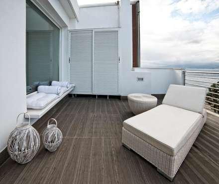White Light: Terrazza in stile  di Francesca Ignani Interiors
