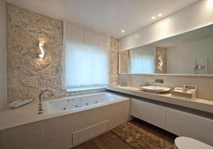 White Light: Bagno in stile in stile Mediterraneo di Francesca Ignani Interiors
