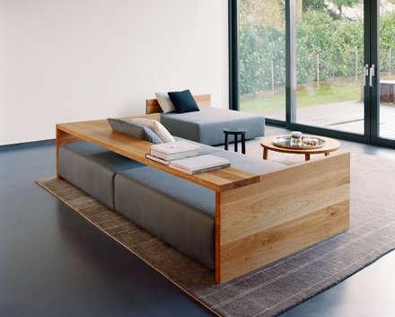 Sofa KASHAN: moderne Wohnzimmer von e15