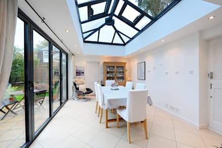 Orangery from kitchen with bi folding doors: modern Conservatory by ROCOCO