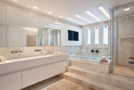 Arquitetura Residencial   Casa de luxo na Barra da Tijuca: Banheiros modernos por Leila Dionizios Arquitetura e Luminotécnica
