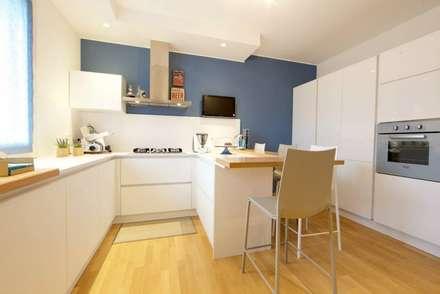 Prospettiva cucina con penisola: Cucina in stile in stile Moderno di Modularis Progettazione e Arredo