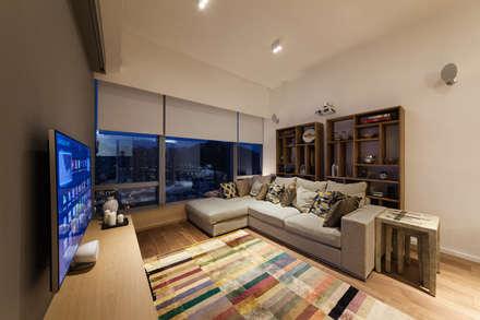BI's RESIDENCE: minimalistic Living room by arctitudesign