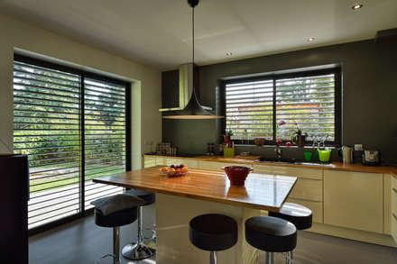 Vue de la cuisine: Cuisine de style de style Moderne par HELENE LAMBOLEY ARCHITECTE DPLG
