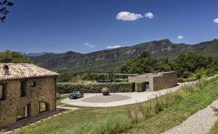 JENS. Reforma y ampliación de antigua masía en La Garrotxa, Girona (Costa Brava): Jardines de estilo rústico de VelezCarrascoArquitecto VCArq
