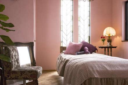 ちいさな塔の家: ソフトデザイン1級建築士事務所が手掛けた寝室です。