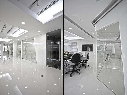 Design:  Offices & stores by PLOTCREATIVE Interior Design Ltd
