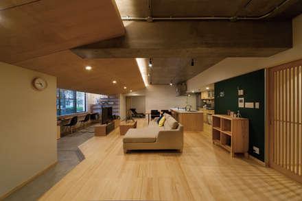 大屋根の家: 株式会社 アポロ計画 リノベエステイト事業部が手掛けたリビングです。
