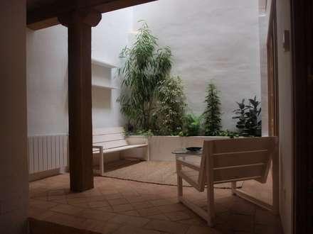 Patio Andaluz: Jardines de invierno de estilo clásico de fuusta