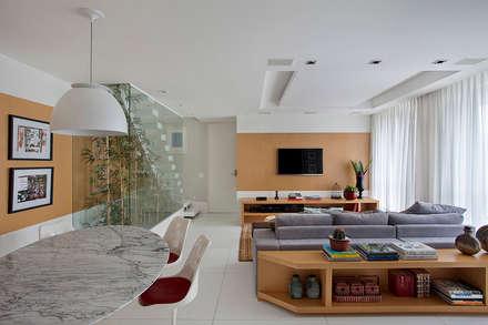 Cobertura Duplex Edificio Mandarim - Condomínio Peninsula: Salas de jantar modernas por Cadore Arquitetura