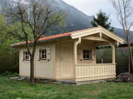 Gartenhaus aus massivem Holz: rustikale Häuser von Röpfl Holzparadies GmbH