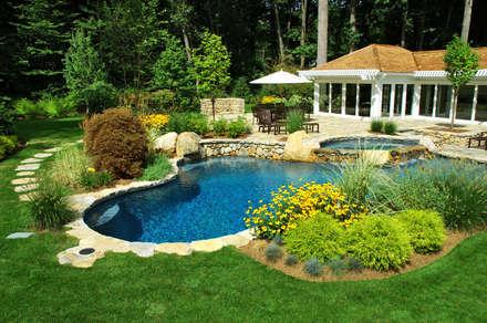 pisicna e giardino: Giardino in stile in stile Mediterraneo di italiagiardini