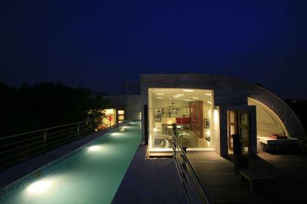 House 2, New Delhi, India: modern Pool by Morphogenesis