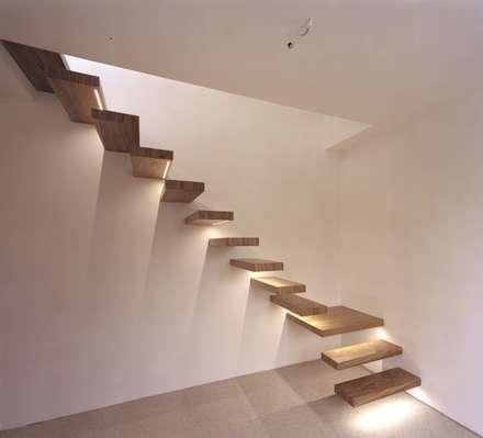 Kragarmtreppe mit LED-Strips:  Flur & Diele von Aufleiter & Roy GmbH