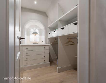 Reetdachhaus in List auf Sylt: landhausstil Ankleidezimmer von Immofoto-Sylt