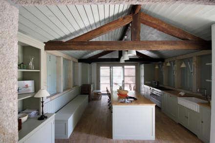 House Âncora: Cozinhas rústicas por Branco Cavaleiro architects