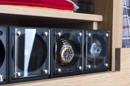 Regalfach mit eingepassten Uhrenbewegern: klassische Ankleidezimmer von DESIGNWERK Christl