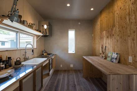 ステンレスと古い建具、多様な木の表情が混ざり合うキッチン: エンジョイワークスが手掛けたキッチンです。