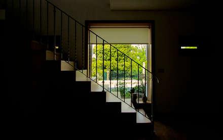 Moradia Junqueira: Corredores e halls de entrada  por EVA | evolutionary architecture
