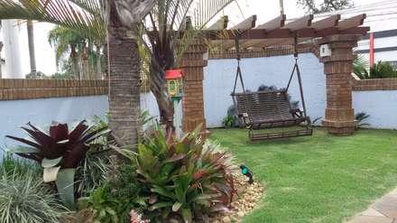 Pérgola com banco suspenso: Jardins rústicos por Kauer Arquitetura e Design