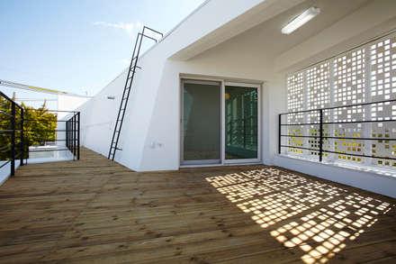 모서리집: 스마트건축사사무소의  발코니, 베란다 & 테라스