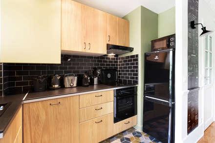 Pièce à vivre : cuisine ouverte  - Appartement industriel chic & moderne 55m2 - 75010 Paris: Cuisine de style de style Industriel par Espaces à Rêver