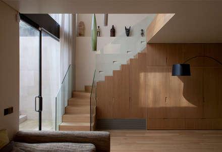 West London house:  Corridor & hallway by Viewport Studio