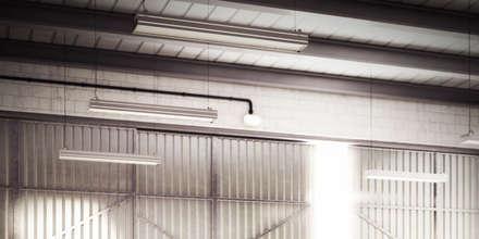 particolare ambiente: Garage/Rimessa in stile in stile Industriale di Arienti Design
