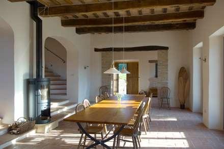 Blick auf Esszimmer, Eingang und Treppe: mediterrane Esszimmer von v. Bismarck Architekt