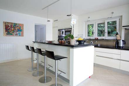 La cucina con isola: Cucina in stile in stile Moderno di DF Design