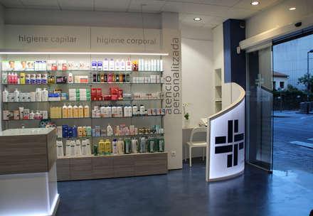 Farmacia Fontcuberta: Oficinas y Tiendas de estilo  de Silvia R. Mallafré