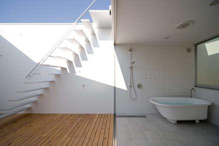 バスルーム: 一級建築士事務所シンクスタジオが手掛けたスパです。