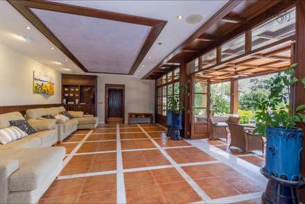 pabellón con cocina propia: Jardines de estilo tropical de Hansen Properties