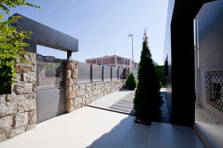 Espacios exteriores ordenados: Casas de estilo rústico de IPUNTO INTERIORISMO