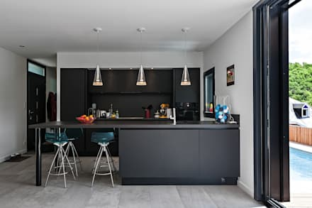 MAISON CARDAILLAC: Cuisine de style de style Moderne par Hugues TOURNIER Architecte
