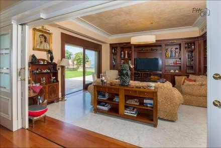 Sala de television: Salas multimedia de estilo tropical de Hansen Properties