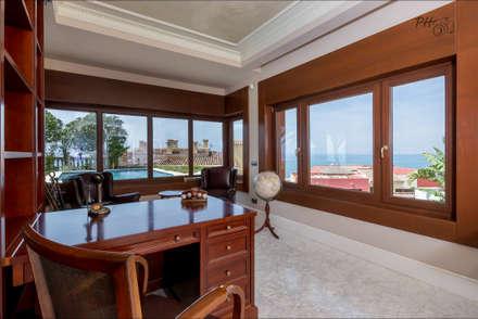 despacho en planta baja: Estudios y despachos de estilo tropical de Hansen Properties