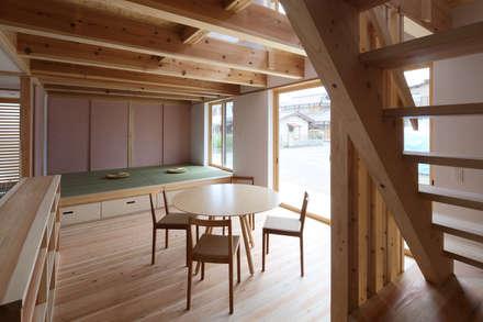 ダイニングと小上りの和室: 芦田成人建築設計事務所が手掛けたダイニングです。