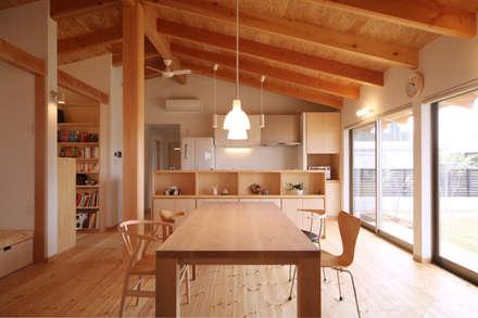 ダイニング: 青木昌則建築研究所が手掛けたダイニングです。