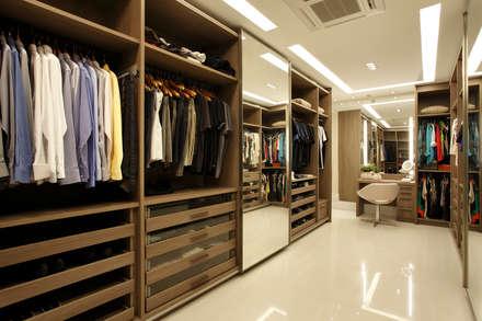 Closet do casal: Closets modernos por Arquitetura e Interior