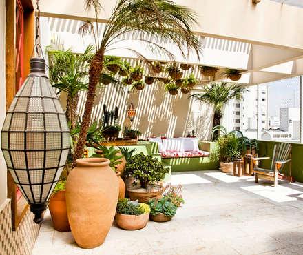 Apartamento Bairro de Higienópolis: Jardins ecléticos por CARMELLO ARQUITETURA