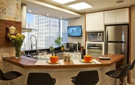 REFORMA EM APARTAMENTO CONSTRUÍDO A MAIS DE 50 ANOS.: Cozinhas modernas por Tania Bertolucci  de Souza  |  Arquitetos Associados