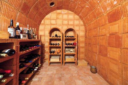 Bodegas de estilo mediterráneo por Haacke Haus GmbH Co. KG