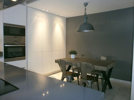 Cocina en acabado estratificado blanco mate con sistema gola: Cocinas de estilo minimalista de Cocinasconestilo.net