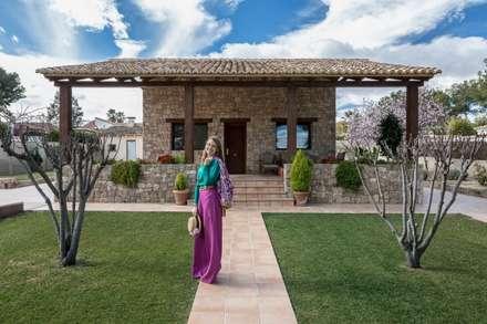 Casa del Porche de Piedra: Casas de estilo rústico de LLIBERÓS SALVADOR Arquitectos