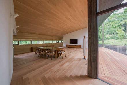 斜面を受け止める家: 株式会社sum designが手掛けた壁です。