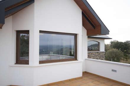 Fachada con bay window: Casas rurales de estilo  de Canexel